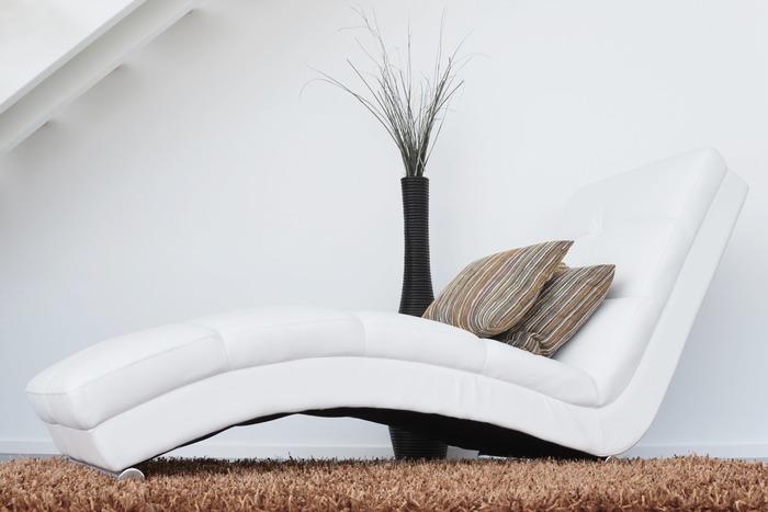 リビングにラグを敷いて椅子を置けば、そこはもうすでにプライベート空間の完成。家族との時間も大切にしながら、有意義なシエスタを。