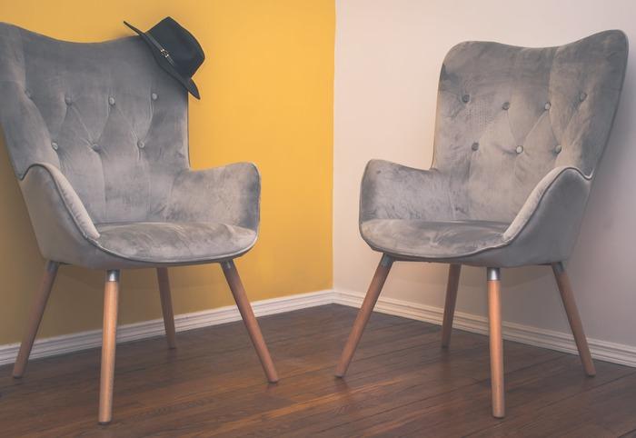 椅子をどかしておきたいときに横並びで置くのはもったいない。置き方1つでオブジェのようになってしまう椅子もステキですね。