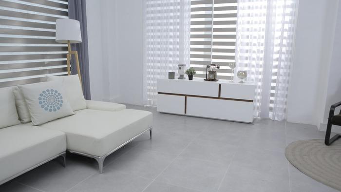 低めの長椅子を主役にするなら、全体的に低い家具で統一すると広々としたお部屋に見えます。同系色でまとめるのもポイントです。