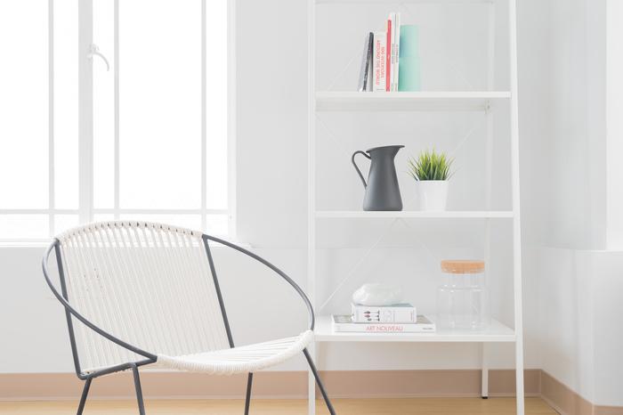無機質な鉄素材でも、緩やかなカーブを描くデザインなら、やわらかな印象のお部屋づくりにもぴったりです。椅子の素材が、棚ともマッチしています。