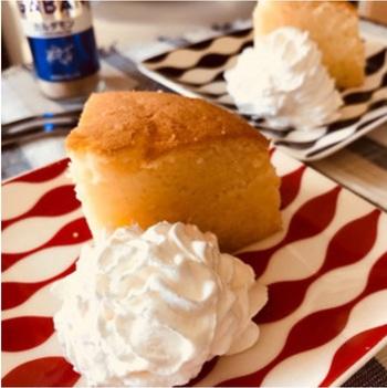 清涼感あふれるカルダモンの香りが漂う、大人向けな本格ケーキ。メレンゲを作る手間はかかりますが、びっくりするくらい本格的なスポンジケーキが出来上がります。そのまま食べるのはもちろん、デコレーションすればホールケーキにもなります。