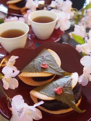 作るのが難しそうな桜餅も、実はホットケーキミックスで作ることができます。桜の塩漬けの上に薄く焼いたピンク色の生地をのせて、餡を包めば、見た目も味も本格的!日本茶を添えれば、ほっこり和風のティータイムになりますよ。
