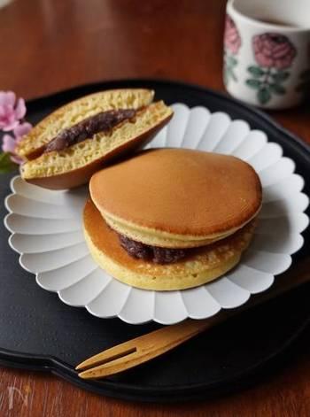 洋風のイメージが強いホットケーキミックスですが、みりんを入れることで、一気に和菓子に変身してくれます。同じパンケーキ風の生地でも、あんこを挟めば、みんな大好きなどら焼きに。フルーツや栗入りにするなど、アレンジも楽しんでみて。