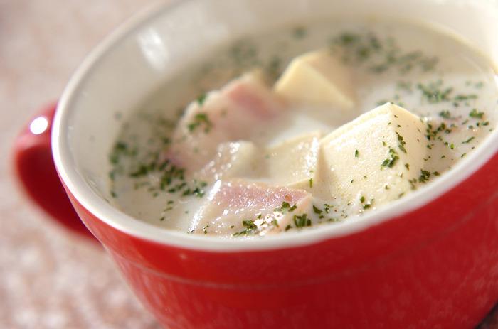 和食に使われることが多いのではと思いがちな高野豆腐を、洋風のミルクスープに仕上げたレシピです。きのこなどを入れてみるのも美味しそうですね。