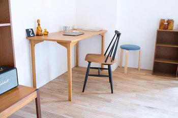 背もたれや脚の黒色が、ウッドカラーのお部屋のポイントになっています。シンプルなデザインの椅子も、色を選べば主役級の存在になりそうです。