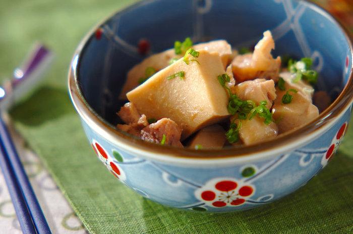 煮汁がしっかりしみこんだ高野豆腐が食欲をそそりますね!鶏肉とれんこんを合わせてしっかりとしたおかずが完成します。