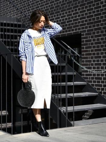 アメリカンなロゴTシャツは、明るいブルーのストライプシャツを合わせてポップなテイストを際立たせています。ボトムスを白でまとめると爽やかな印象がアップしますね。
