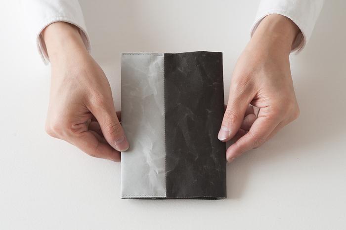 素材には大直が開発した破れない紙「ナオロン」という、障子紙の五倍の強度があり、水に濡れた状態の方が強度が増す素材が使われています。また、あえて紙をくしゃくしゃにして、独特の風合いを出しており、手触りも◎。