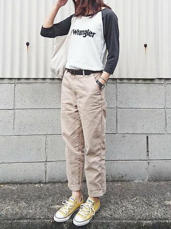 Tシャツのテイストに合わせて着こなすと、より洗練されたスタイルになりますよ。ラングラーのベースボールシャツは、コンバースとカジュアルなワークパンツを合わせてボーイッシュなアメカジスタイルに。