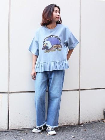Tシャツとデニムのブルーのトーンを統一したワントーンコーディネート。アメリカンテイストのグラフィックTシャツのフリルデザインに合わせ、フリンジデニムで裾にニュアンスをプラスしています。