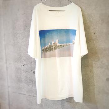 限定物のコラボTシャツなど、レアなものを見つける楽しみもあります。こちらは、写真家・金本凜太朗氏が桜をテーマに撮影したプリントTシャツです。