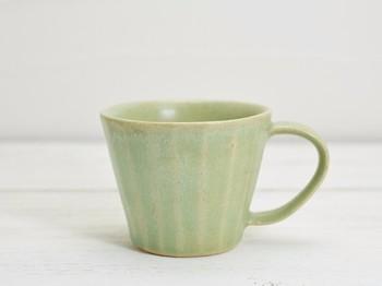 毎日使うものを作れば、手に馴染んでいくのが嬉しいですよね。ほっと一息つく時間に欠かせない「マグカップ」をプレゼントすれば、きっと喜んでもらえるのでは。 釉薬のかけ方によっては、このようにシャビーな、美しい風合いを出すことも。焼きあがるまで色・ツヤの仕上がりがわからないのが陶芸の面白さですが、テクニック次第である程度コントロールすることができますよ。