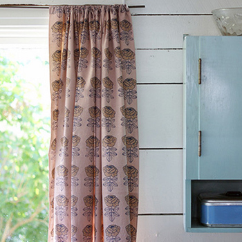 お部屋の雰囲気に大きく関わるカーテンは、好みに合ったものを選びたいもの。布なら既製品にはないデザインが見つかりやすいでしょう。カーテンのように縫わなくても簡単に取り付ける方法がありますよ。
