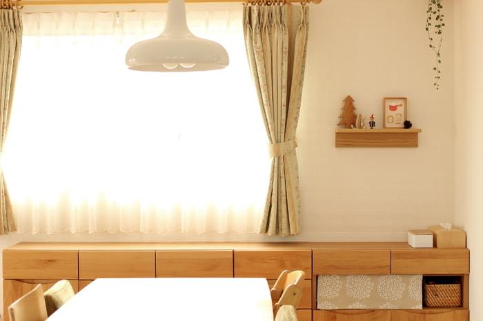 ナチュラルな木の家具のワンアクセントに北欧デザインの布をプラス。華やかな空間に♪