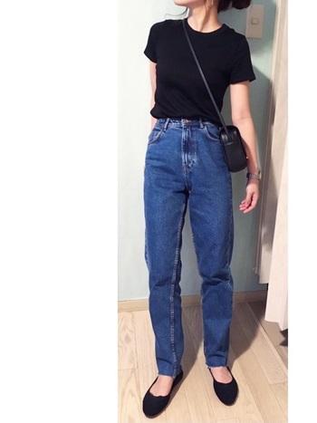 迷ったらこれ。ZARAのハイウエストデニムパンツ+ユニクロの黒Tシャツの超シンプルコーデ。黒は素材の質感や値段感が出にくいので、あとはさりげない小物使いだけでお高く見えるお得な定番スタイルです。