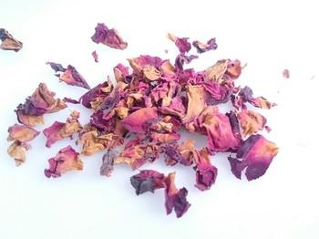 昔から香水の材料にも使われてきた薔薇は、なんといっても華やかな芳香が特長。お出かけ用の大切な服にもぴったりな、気持ちを明るくしてくれる香りです。こちらも生花を飾って楽しんだ後、花びらだけをドライフラワーにしても可愛く仕上がります。