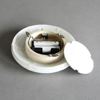 美濃和紙から作られた和の風情たっぷりの道行灯は、組立て式。灯も単3乾電池でスイッチを入れるだけで、使わないときは畳んでしまっておけるので、収納もコンパクトに済みます。