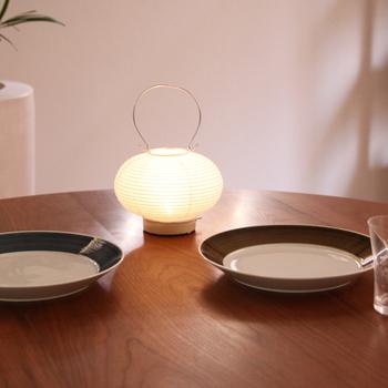 """""""たまには食卓の上で。小さな読書灯として。散歩にゆく道々のお供に""""というデザインコンセプトから作られた道行灯の「まる」は、コロンとした形も可愛らしく、読書灯や食卓のアクセントに◎。"""