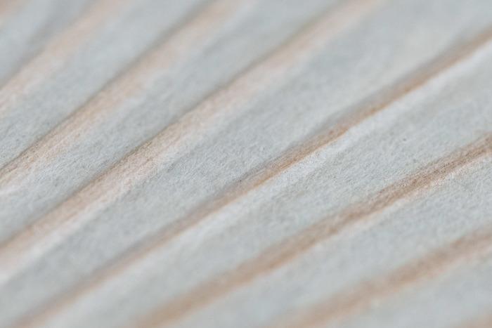 こちらの「手漉き和紙 うちわ」は、室町時代から続く茨城の和紙の団扇で、真竹を割ってい草で編み、手すき和紙を張って丁寧に作られており、見た目も涼しげで、うだるような日本の夏にピッタリの涼を運んでくれそうな逸品です。
