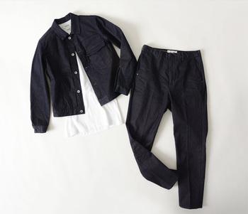 ウォッシュの効いていない深いネイビーなら、デニムでもキレイめな印象をしっかりキープ。ジャケットのように着られるので、端正なスカートやパンツとも相性抜群です。