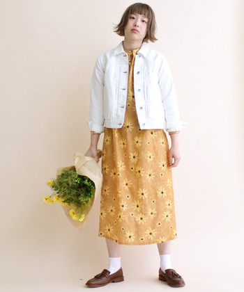 ホワイトのGジャンに、オレンジの花柄ワンピースをセット。チアフルカラーのガーリーアイテムを合わせることで、春らしく華やかなお出掛けルックが完成します。