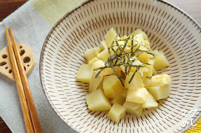 じゃがいも、プロセスチーズ、柚子こしょう、刻みのりといったおうちによくある材料で作る、おつまみにも付け合わせにもバッチリの「じゃがいもとチーズの柚子こしょう和え」。じゃがいもは、男爵いもを使用するとホクホクとした食感に仕上がり、メークインはサクッとした食感に仕上がるので、両方試してみても良いかも。