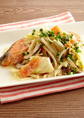 生鮭の切り身と、もやし、キャベツ、えのき、タマネギ、人参、しいたけの、たっぷりの野菜で作る、レンジでみそマヨちゃんちゃん焼き風。前日に野菜炒めを作ったら、翌日に余った野菜を使って、豪華な魚料理をレンジで簡単に作って、冷蔵庫の整理をしながら、食卓を華やかにするのも素敵。