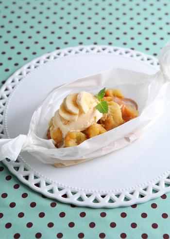 バナナとミルクキャラメルをクッキングシートに包み、電子レンジでチンしたら、バニラアイスをのせるだけ。5分でできるのに、見た目も味も◎のデザートが簡単に作れます。美味しさに、ついミルクキャラメルを常備したくなっちゃうかも。