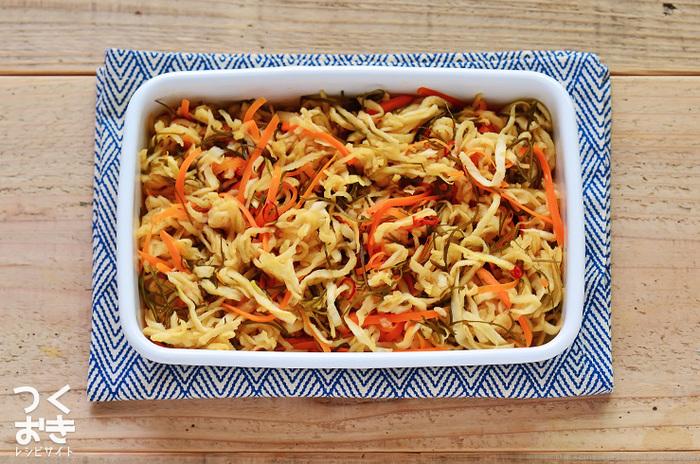 夕食を作りながらもう一品作る際、どうせなら日持ちする常備菜を作っておくのも便利。その日の副菜に出した後、翌日のお弁当やおつまみなど、あれこれ活躍してくれます。こちらの切り干し大根のはりはり漬けは、切り干し大根の食感も◎の彩りよい美味しい漬物に仕上がり、冷蔵保存で約一週間持つので、まとめて作っておくと何かと役に立ってくれそう。