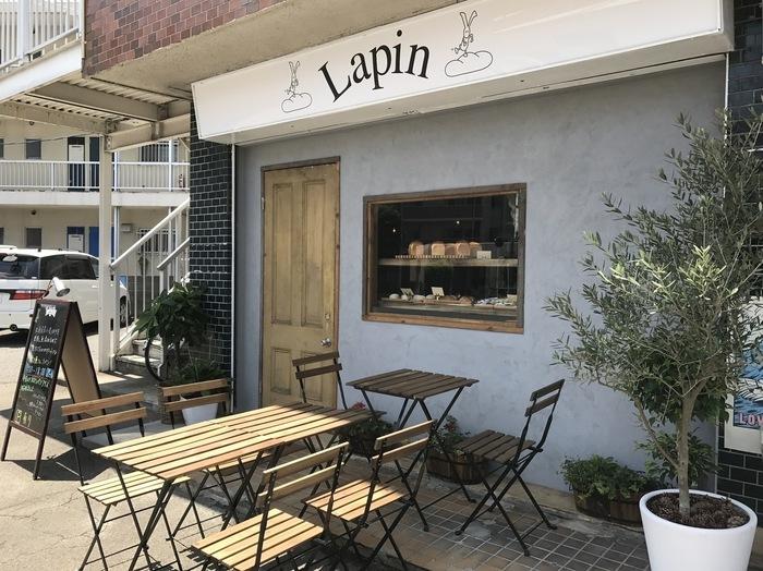 昼は香ばしいパンの香りが広がるパン屋さん、夜はアットホームでゆっくりできるバーへと変わる「Lapin(ラパン)」。フランスの田舎町に佇むような可愛らしいお店は、雰囲気があって素敵です。昼間の窓からは、美味しそうなパンが並んで見えます。