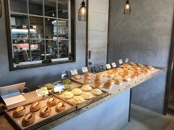 陰影を感じる素敵な店内に、パンがずらり。こだわりの北海道産小麦を使って作られるパンは焼き立てが並びます。サクサクもちもちのメロンパンやクリームパン、惣菜のパンなどシンプルで美味しいパンがたくさん。