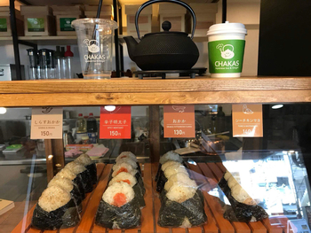 手作りのおにぎりと一緒に、一杯ずつ急須で入れてくれる福岡のブランド茶・八女茶などがいただけます。テイクアウトも可能で、ランチプレートやスイーツなども揃っています。