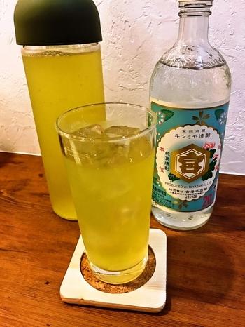 夜になると、20種類以上の日本酒や日本酒カクテル、ワインなどが揃います。日本酒が初めてでちょっぴり苦手という人にも、おすすめの日本酒を探すお手伝いをしてくれますよ。