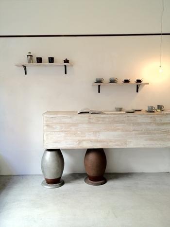 無駄なものをそぎ落とした洗練された雰囲気の店内には、器も並ぶ落ち着いた空間です。