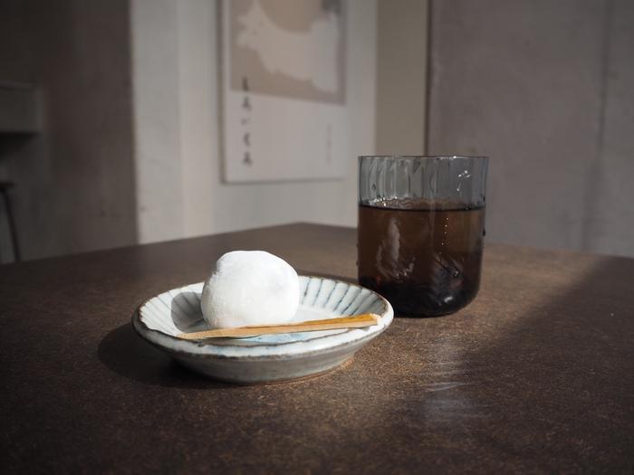 丹波黒豆を使った和菓子、黒豆塩大福やアイスクリームなどの和菓子が揃っています。どれも美味しく見た目もかわいらしい和菓子にほっと心が和みます。