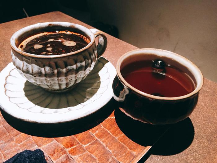 夜になると日本酒が和菓子と一緒にいただけます。和菓子がお酒のおつまみに意外に合うんです。お酒は、日本酒のほかワインなどが揃っていますよ。