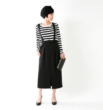 白黒ボーダーを取り入れたモノトーンコーディネートは、白黒バランスがポイント。ミドル丈のサスペンダースカートを合わせたフェミニンなモノトーンンボーダースタイル。素足を見せると爽やかな印象になりますね。