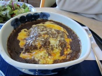 こちらがその「有田焼きカレー」。器はもちろん有田焼です。佐賀県産の和牛を使い、28種類ものスパイスが入ったコクのあるルーとこんがり焼けたチーズが特徴のカレーです。