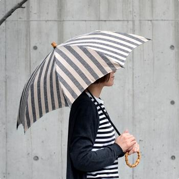 リネン100%の素材の風合いや上質な素材感が魅力の、「SUR MER(シュールメール)」のナチュラルな大人の日傘です。