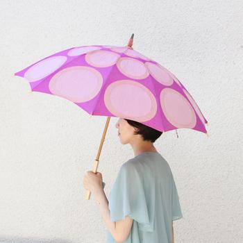 はなまめの赤紫色を鮮やかな色で表した日傘「はなまめ」。水玉の大きな円が並んだデザインが元気で可愛い印象でありながら、どこか大人っぽさも持ち合わせています。