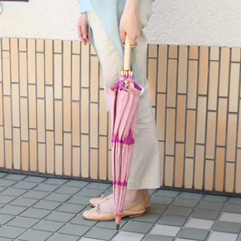 閉じるとピンク色メインになり、開けたときと印象が異なります。趣のあるファッション性の高い日傘です。