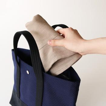 バッグに入れて気軽に持ち運べるので、毎日のお出かけからピクニック、夏のキャンプまで大活躍してくれます。