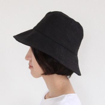 ベージュは軽やか、ブラックは落ち着いた印象。つばが広めでしっかりと紫外線を防いでくれます。