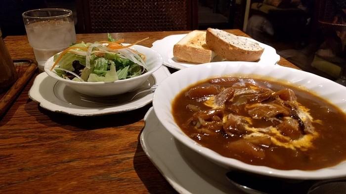 厚切りトーストや、ビーフシチューなどの本格的な洋食も。スープやピラフなどフードメニューも充実しています。