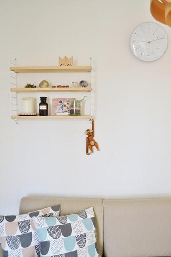 リビングの一角にお気に入りのモノたちを飾るスペースを作るのもおしゃれですよね。その一角に置くものを決めて、それを維持していくのが大切です。