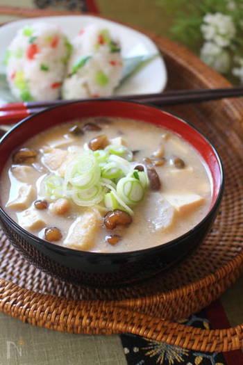 【ふるさとの味 納豆汁】  東北地方で親しまれている納豆汁は、これだけでタンパク質がたっぷり摂れて満足感も得られる優秀な汁物です。ひきわり納豆は使わず、手間をかけてすり鉢でつぶした納豆を用いると旨味がアップします。