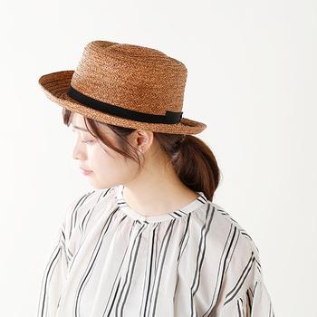 清涼感のあるペーパー素材を丁寧に編み上げたしなやかなハットに、くるりと華奢なリボンをあしらった「chisaki(チサキ)」のコットンリボンペーパーハット。