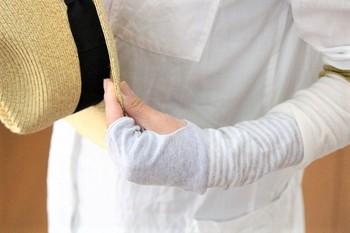 指を通せるので、日焼けやシミが気になる手の甲までしっかりガード。肌を締め付けすぎず、サラッとした薄い素材が風を通すから、暑い日中も涼やかに過ごせます。