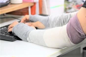 冷房のきいた部屋の中でも大活躍。カバンの中にいつも忍ばせておくと、屋外でも室内でも使えて便利です。
