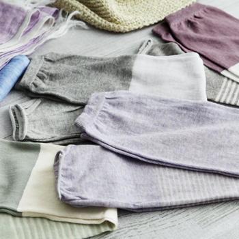 ふんわり薄くて柔らかな肌触りでありながら、UVカット率はなんと約85%!奈良県の靴下屋さんの丸編み技術を使って作られたアームカバーは、強い日差しからやさしくしっかりお肌を守ってくれます。